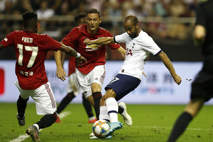 LONDON, ENGLAND - OCTOBER 01: Alexandre Lacazette of Manchester United shoots during the Premier League match between Manchester United and Tottenham and Hove Albion at Emirates Stadium on October 1, 2017 in London, England. (Photo by Mike Hewitt/Getty Images)