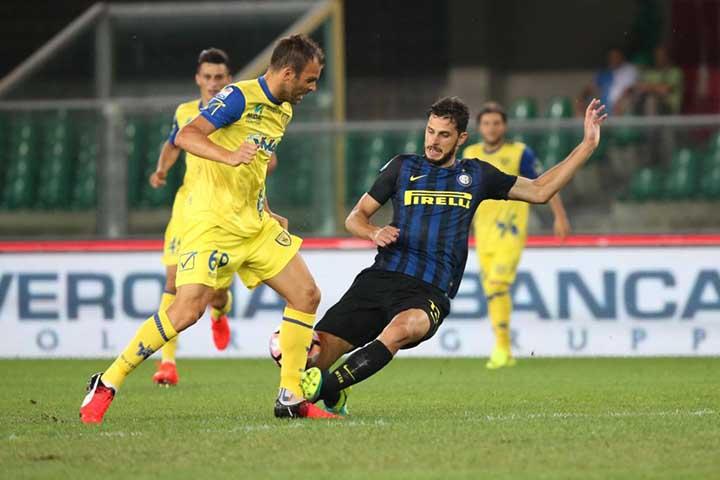 Chievo's Riccardo Meggiorini (L) and Inter's Andrea Ranocchia in action during the Italian Serie A soccer match AC Chievo vs Inter FC at Bentegodi stadium in Verona, Italy, 21 August 2016. ANSA/FILIPPO VENEZIA